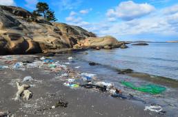 Sandø strand med plastsøppel
