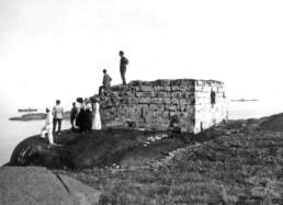 En gruppe personer som står på fundamentet etter fyret på Store Færder i 1911. Foto: Anders Beer Wilse