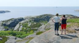 To personer som ser sørover mot Færder fyr på Tristein. Foto: Birgit Brosø