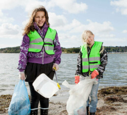 To barn som plukker søppel. Foto: Free image